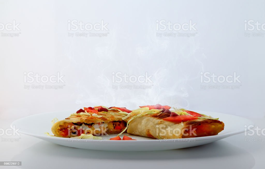Mexican tacos with cabbage and tomato slices and sauce. foto royalty-free