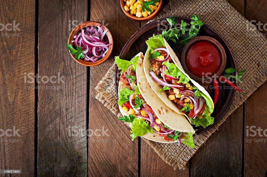 Mexikanische tacos mit Fleisch, Gemüs'und Rote Zwiebel – Foto