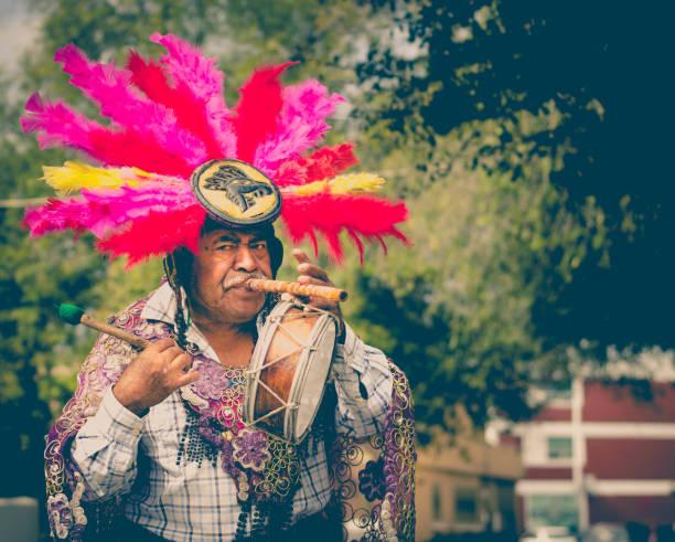 mexikanische traditionelle musiker auf straße - indianer kostüm herren stock-fotos und bilder