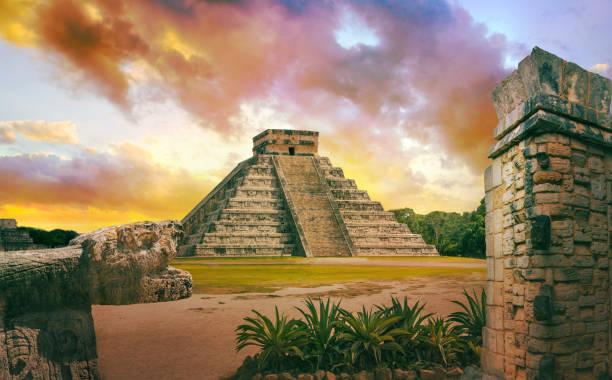 ユカタン州チチェン チチェンイッツァ、メキシコ。日没。ククルカン エル カスティーヨのマヤのピラミッド - 遺跡 ストックフォトと画像