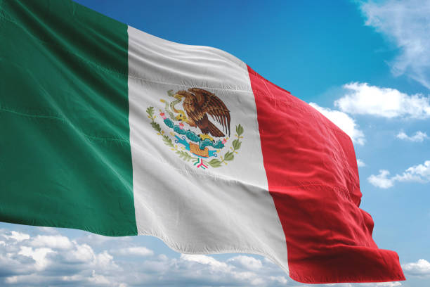 mexiko fahnenschwingen bewölktem himmelshintergrund - freistaat stock-fotos und bilder