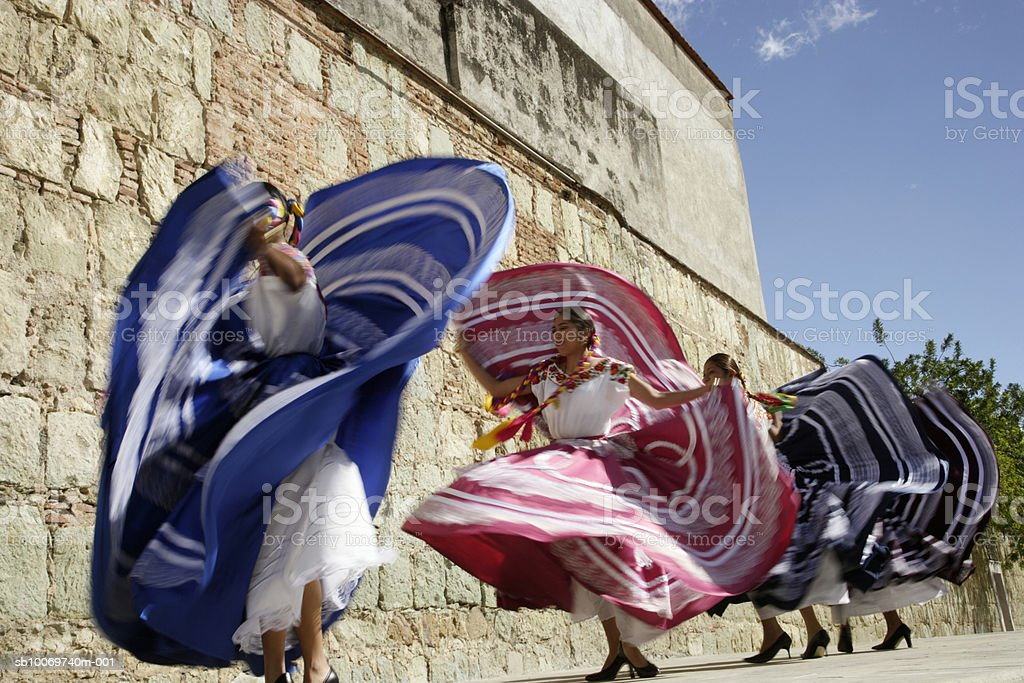 Mexico, Oaxaca, Istmo, four women in traditional dress dancing, blurred motion foto de stock libre de derechos