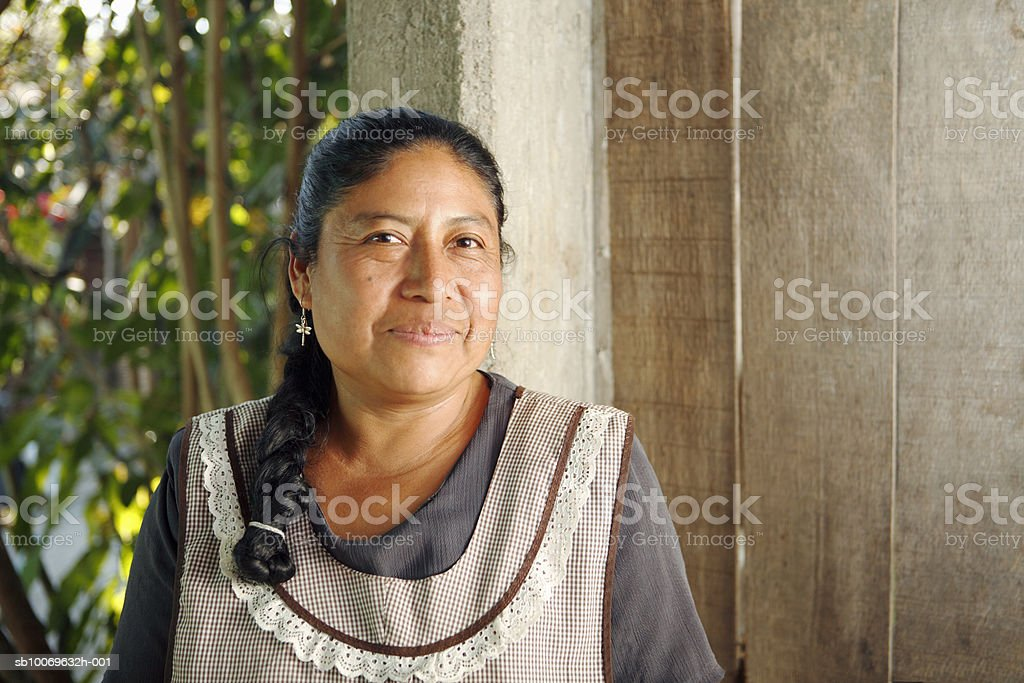 Mexico, Oaxaca, Portrait of mature woman wearing apron foto de stock libre de derechos