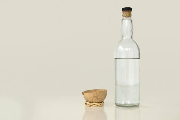 botella de mezcal y una taza tradicional. - mezcal fotografías e imágenes de stock
