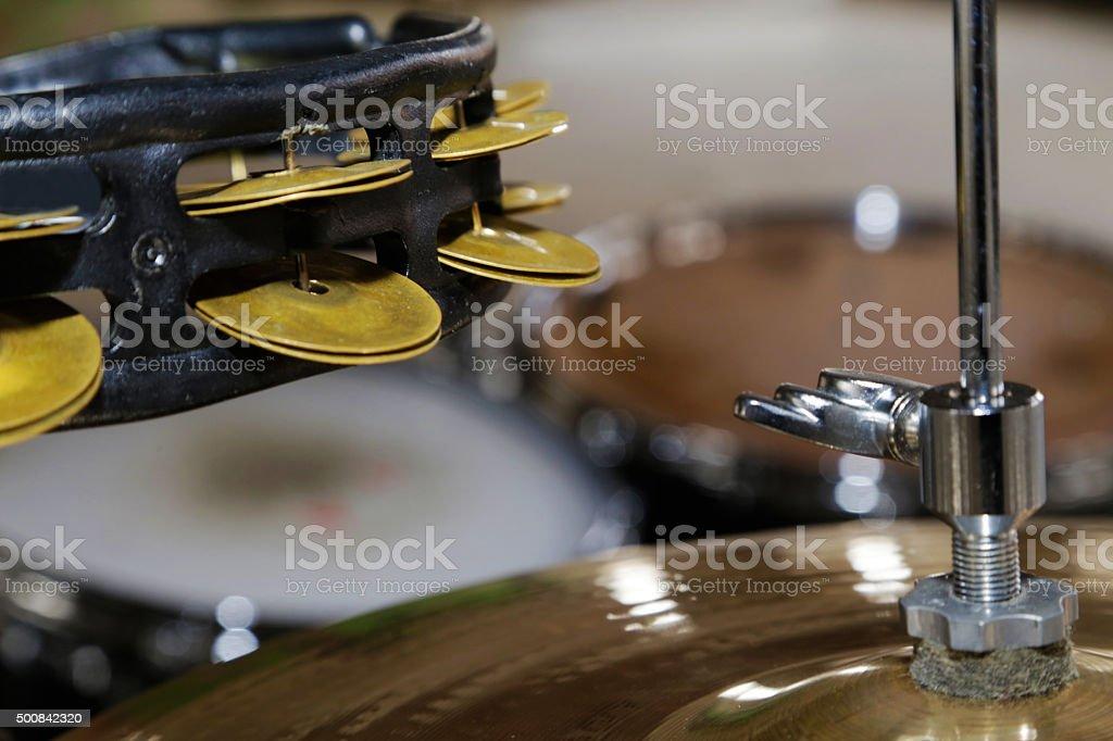 Mezzaluna con sonagli e piatto per batteria stock photo