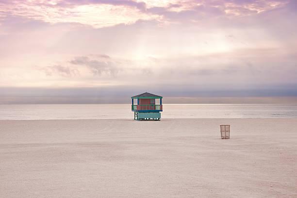 miami beach, leere bei sonnenuntergang. - mülltonnenhäuschen stock-fotos und bilder