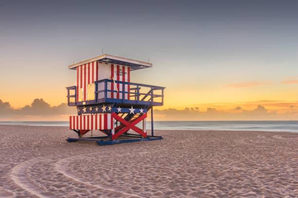 miami beach, florida, usa sol uppgång och liv vakt torn - badvaktshytt bildbanksfoton och bilder