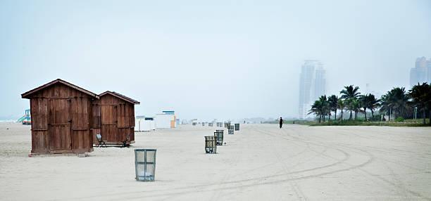 miami beach im regen - mülltonnenhäuschen stock-fotos und bilder