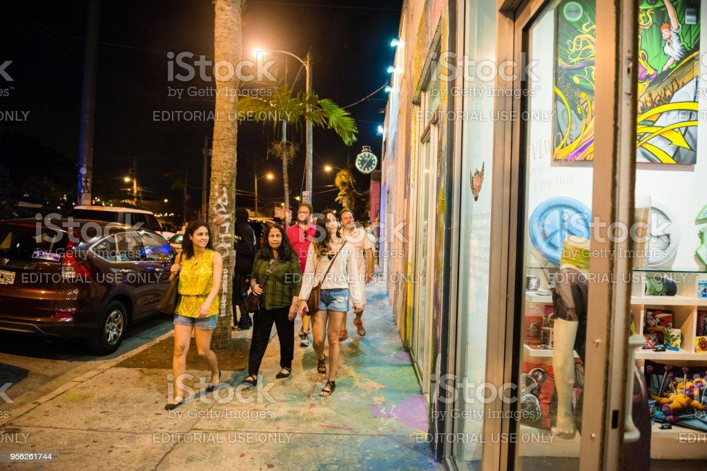 ウィンウッド アート中に歩道にマイアミ族の人々 が夜を歩いてください ...