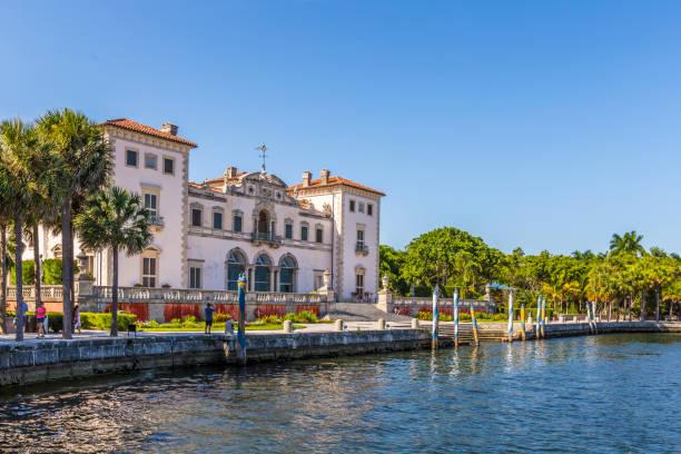 Miami-Vizcaya Museum im Waterfront unter blauem Himmel – Foto