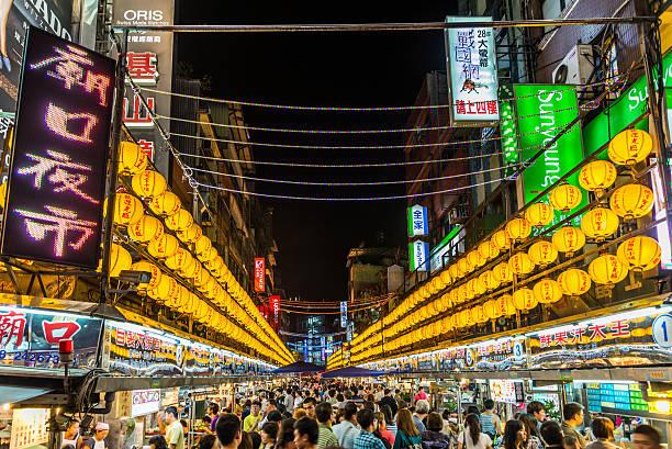 miaokou night market - insel taiwan stock-fotos und bilder