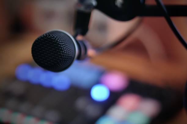 mic in een podcasting of radiostudio met podcasting console - podcast stockfoto's en -beelden