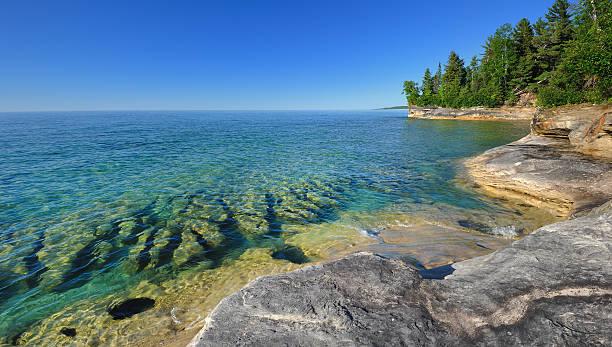 """""""michigan's caribbean'unberührten gewässern des lake superior pictured rocks"""" - lake michigan strände stock-fotos und bilder"""