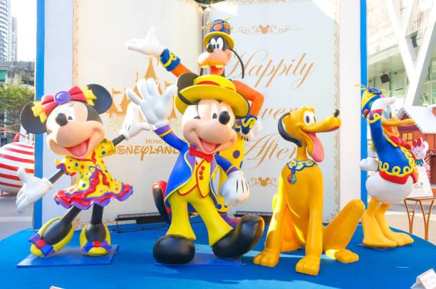 mickey mouse und disney freunde faser glas maskottchen für anzeigen in der weihnachtszeit. ihr outfit ist phantasie parade kostüm. - maus comic stock-fotos und bilder