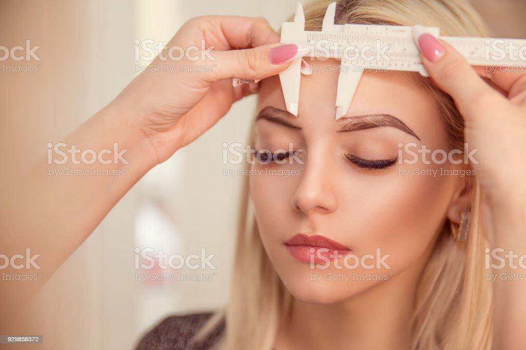 Microblading Augenbrauen Arbeitsablauf in einem Schönheitssalon – Foto