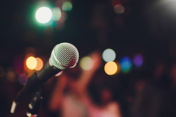 Mikrofon gegen Unschärfe auf Getränk in Kneipen-und Restauranthintergrund. – Foto