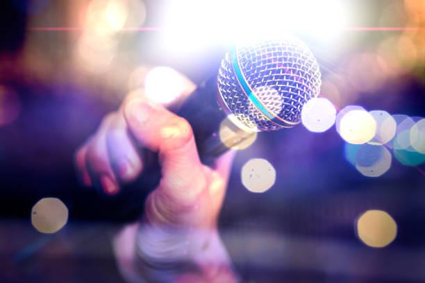 mikrofon und bühne leuchtet. konzert und musik-konzept - popmusiker stock-fotos und bilder