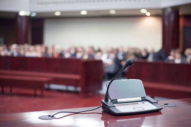 Micrófono en court house - foto de stock
