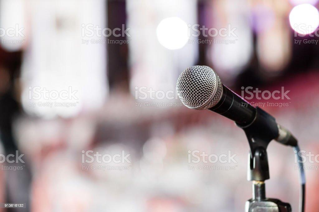 Mikrofon-Nahaufnahme. Mic im Mittelpunkt. Abstrakte verschwommene Konferenzsaal oder Hochzeits-Bankett auf Hintergrund. Event-Konzept – Foto