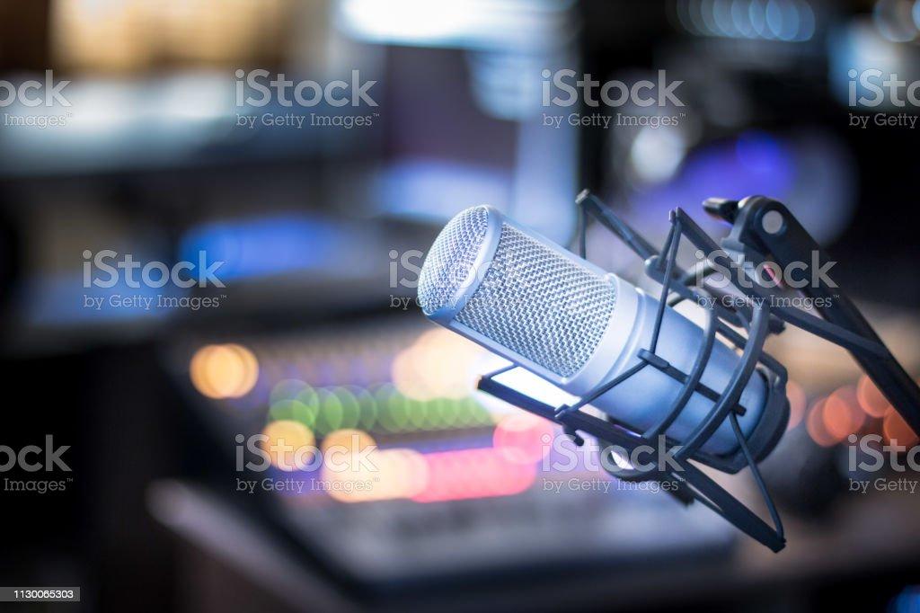 麥克風在專業錄音或電臺演播室, 設備在模糊的背景 - 免版稅介紹員圖庫照片