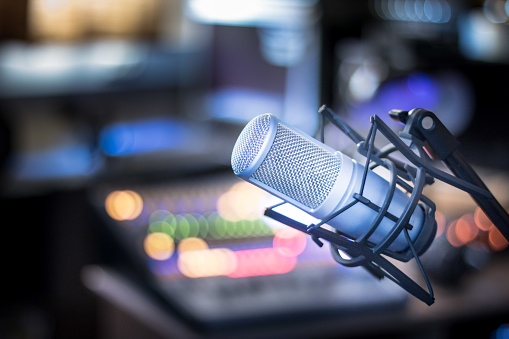 麥克風在專業錄音或電臺演播室 設備在模糊的背景 照片檔及更多 介紹員 照片