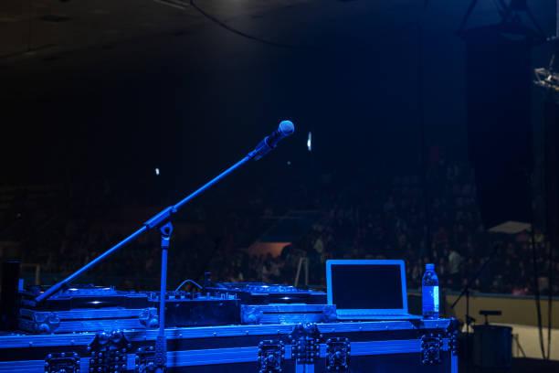 Mikrofon im Konzertsaal mit blauer Beleuchtung – Foto