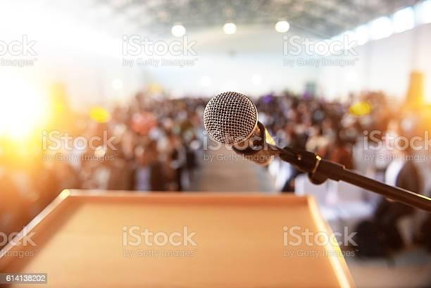 Mikrofon Vor Dem Podium Mit Menschenmenge Im Hintergrund Stockfoto und mehr Bilder von Aufführung