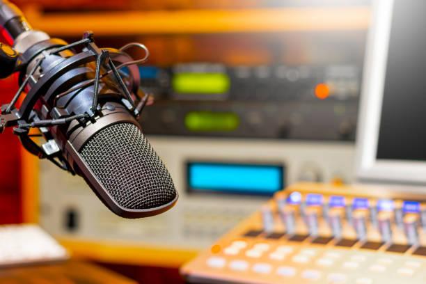 microphone in radio broadcasting, podcast, voice acting studio - talk in a radio foto e immagini stock