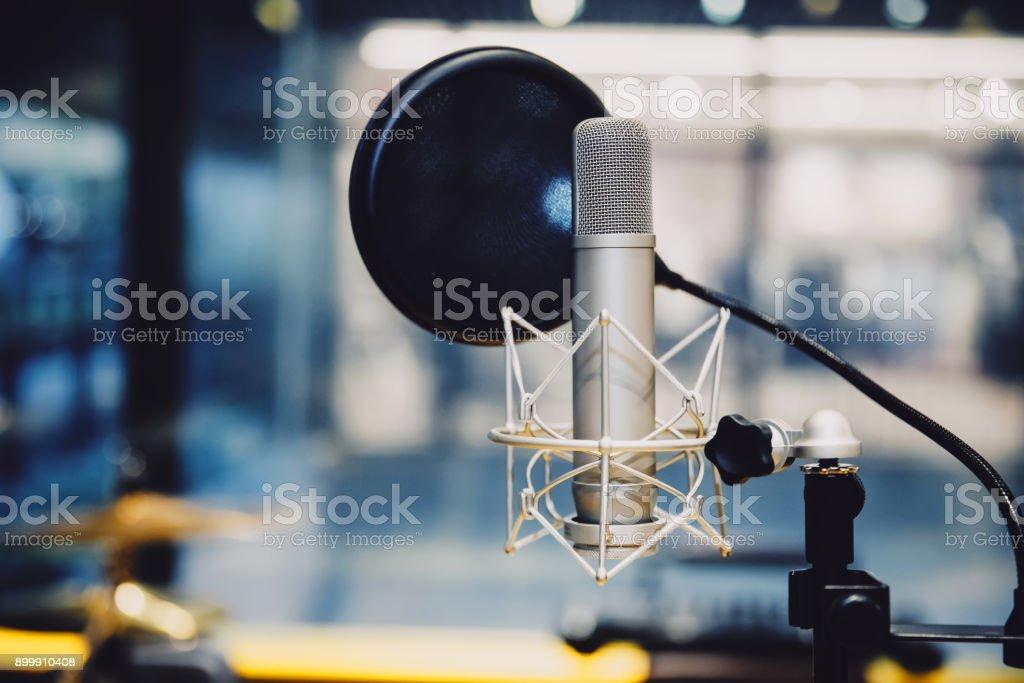 Micrófono en el estudio de difusión de la estación de radio, 2017 - foto de stock