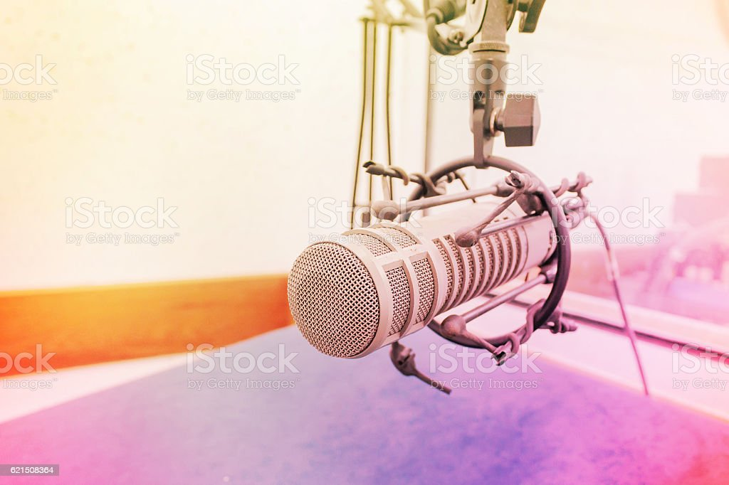 Microphone in recording room, making light soft and blur. foto stock royalty-free