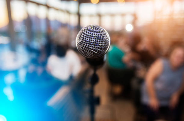mikrofon ein außerhalb des fokus publikum vor - boxen live stock-fotos und bilder