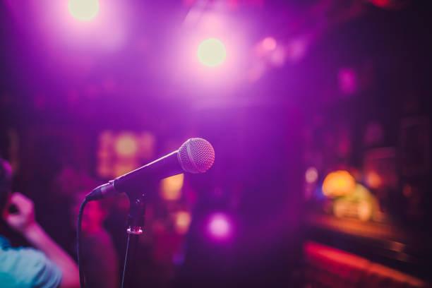 Mikrofon. Mikrofon hautnah. Eine Kneipe. Bar. Ein Restaurant. Klassische Musik. Musik. – Foto