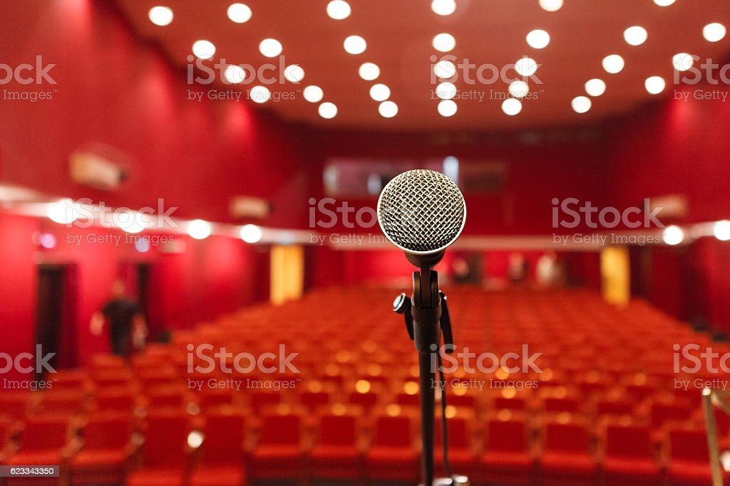 microphone on a background of red hall with seating for – Foto