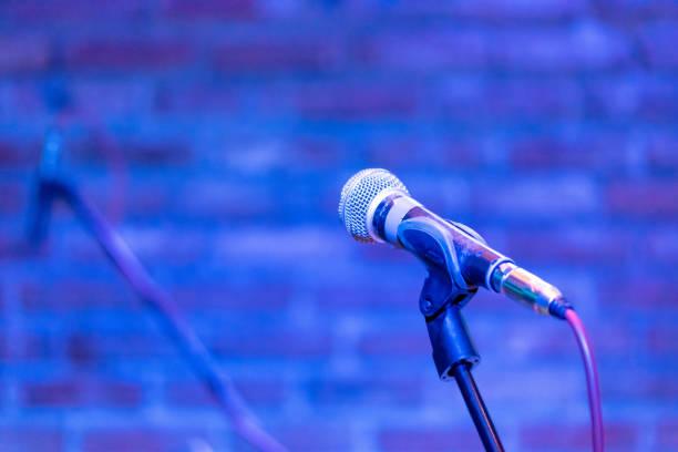mikrofon auf der bühne wartet ein sänger zu inszenieren und durchzuführen - blues stock-fotos und bilder