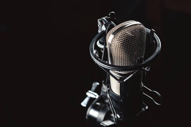 Mikrofon auf schwarzem Hintergrund – Foto