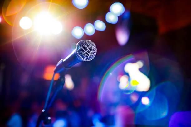 Mikrofon auf der Bühne vor dem Hintergrund des Auditoriums. – Foto