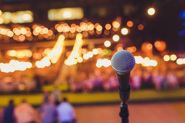 Mikrofon auf der Bühne für Eröffnungszeremonie und Aufführungen. Verwischen der Filmszene. – Foto