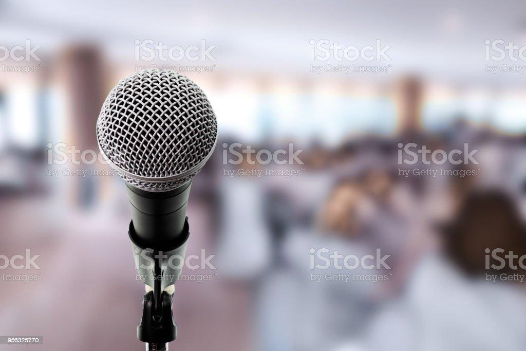 Micrófono en el escenario en la sala de conferencias. - foto de stock