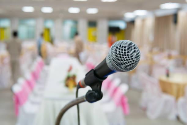 Mikrofon auf Stand vor der trauung – Foto