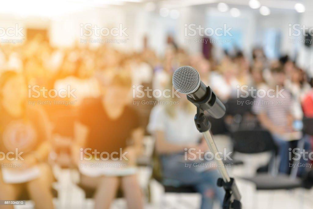 Mikrofon über abstrakt verwischt der Teilnehmer im Seminarraum – Foto