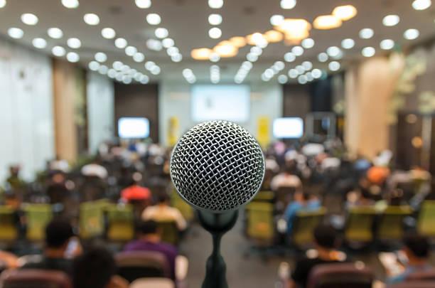 Microfone sobre o fundo desfocado foto do salão de conferências ou - foto de acervo