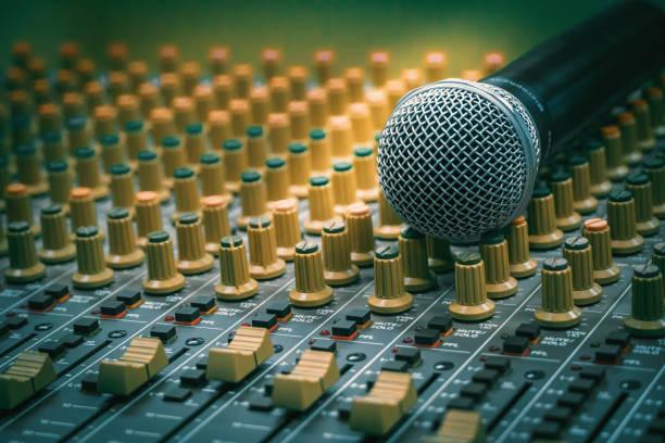 mikrofonen placeras tillsammans med ljudmixer i inspelnings rummet, vintage film stil - audioutrustning bildbanksfoton och bilder