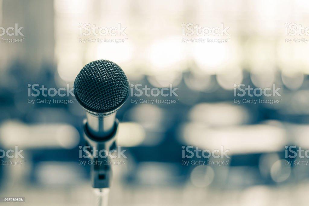 Micrófono altavoz en salón de actos de la escuela, sala de reuniones de seminario o evento de negocio educativo anfitrión, maestro o mentor coaching - foto de stock