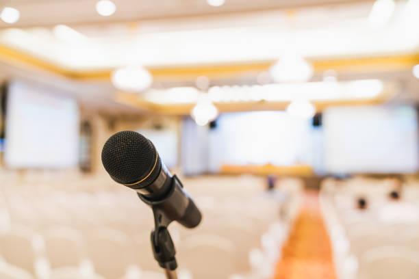 mikrofon im konferenzraum stehen. öffentliche bekanntmachung event, organisation firmenmeeting oder promotion award zeremonie konzept - hochzeitsbox stock-fotos und bilder