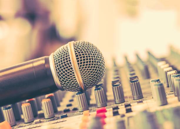 microfoon stem spreker op audio synthesizer elektronische muziek instrument sound mixer machine in omroep studio kamer, seminar evenement of huwelijksfeest ceremonie - music stockfoto's en -beelden