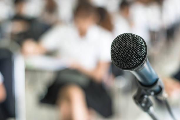 mikrofon-stimme-lautsprecher mit dem publikum im seminar klassenzimmer, hörsaal oder konferenz meeting in pädagogischen business-event für den host, lehrer oder coaching mentor - lautsprecher test stock-fotos und bilder