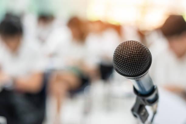 mikrofon-stimme-lautsprecher mit publikum oder studenten im seminar klassenzimmer, hörsaal oder konferenz meeting in pädagogischen business-event für den host, lehrer oder coaching mentor - lautsprecher test stock-fotos und bilder