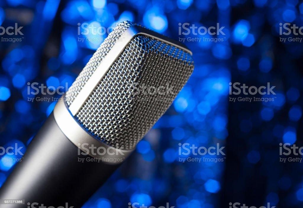 Mikrofon mit einem blauen Hintergrund – Foto