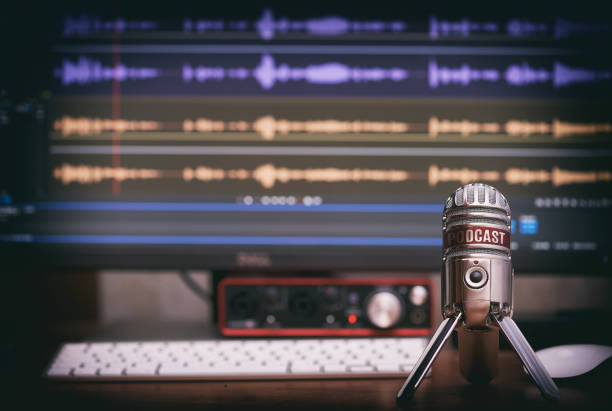 microfoon met een podcast-pictogram - podcast stockfoto's en -beelden