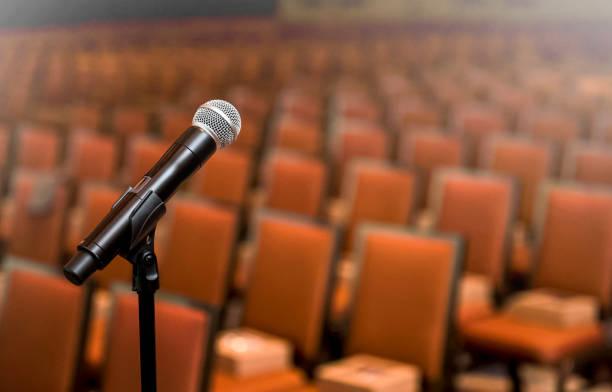 mikrofon mit einem leeren publikum (klick für mehr) - veranstaltungsraum stock-fotos und bilder